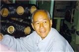 1980年代,郁铭芳在碳纤维中试装置前
