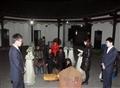 礼仪人员带领家属为老先生做辞生仪式
